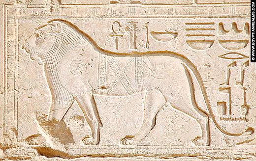 Reliëf van een leeuw op een muur van de Karnak Tempel.