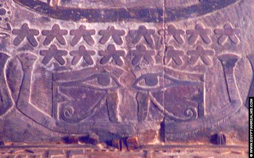 Relief van het linker en rechteroog op het plafond van de Esna Tempel.
