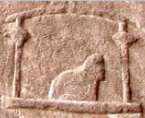 Oud-Egyptisch hieroglief van een podium met stoel.