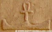 Oud-Egyptisch hieroglief van een heuvel met ankh.