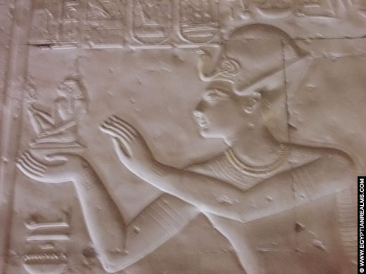 Farao Seti I afgebeeld met Shu in de Abydos Tempel.