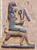 Oud-Egyptisch hieroglief van een dame op een stoel.