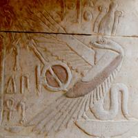 Oud-Egyptisch hieroglief van een cobra slang met vleugels.