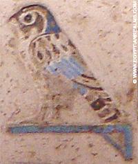 Oud-Egyptisch hieroglief van een havik op een standaard.