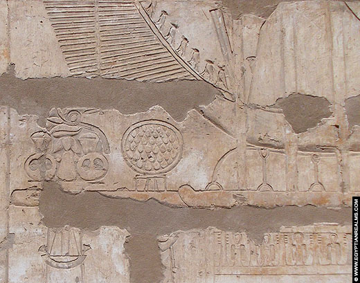 Relief van een Bark op een muur van de Medinet Habu Tempel.