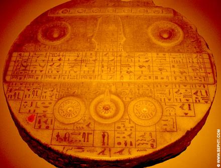 Oud-Egyptische offersteen met hierogliefen.