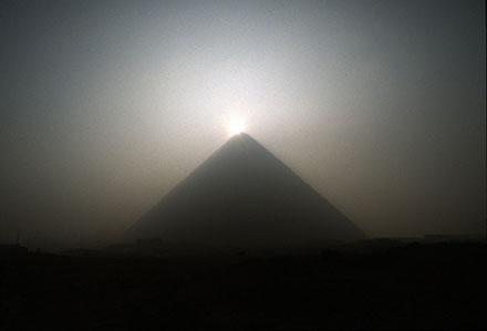 Zon boven de Piramide.