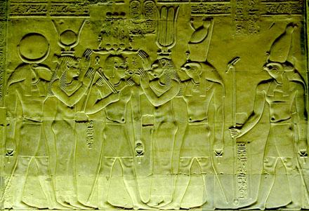 Sakhmet brengt leven tot de Koning met de Ankh.