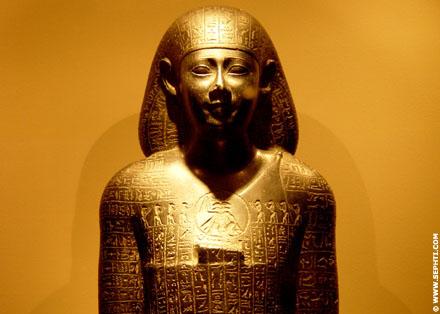 Egyptisch beeld met magische inscripties.