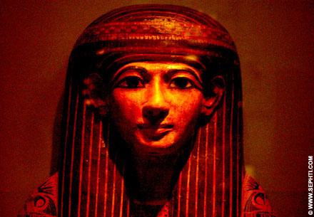 Egyptische sarcofaag deksel van een persoon.