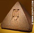 Piramide steen met portaal.