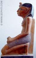 Egyptisch beeldje van een man in gehurkte houding.