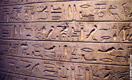 Regels Hierogliefen op een muur.