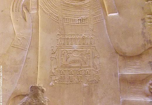 Reliëf van Ptah met pectoraal op de borst.