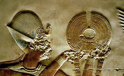 Pharaoh Seti I met een kraag en pectoraal.
