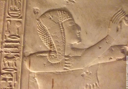 Priester met zonnevlecht op een muur van de Abydos tempel.
