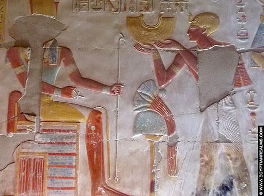 Farao Seti I met geschenken.