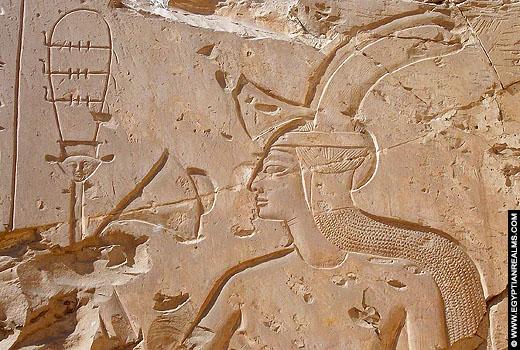 Farao Seti I met Zonnevlecht op het hoofd.