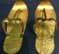 Gouden sandalen.
