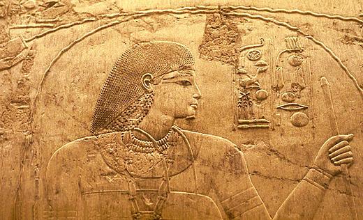 Relief van man met pectoraal op de borst.