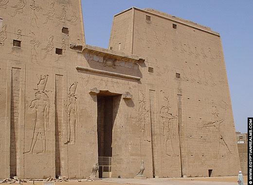 Grote pyloon van de Edfu tempel met gevleugelde Zonneschijf.