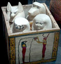 Vier urnen van de vier Zonen van Heru, Duamutef, Qebesenuef, Imseti en Hapy.