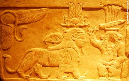 Pharaoh in magische gestalte bij Bes.