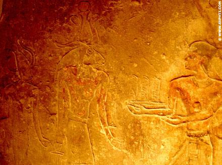 Pharaoh schenkt drie Veren aan Khnum en Satet.