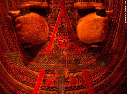 Het rode lint van Aset vormt de kegel, haar symbool.