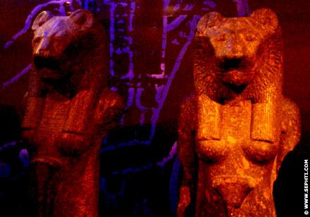 Beschadigde Cultus beelden van Sakhmet.