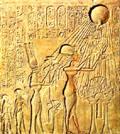 Akhenaten onder Aten.