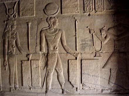 Khonsu krijgt een pectoraal overhandigd door Pharaoh in gezelschap van Aset.