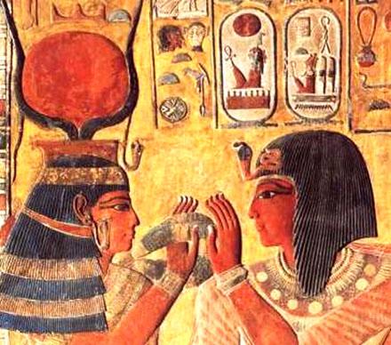 Het-Heru houdt de Menat voor het gezicht van de koning.