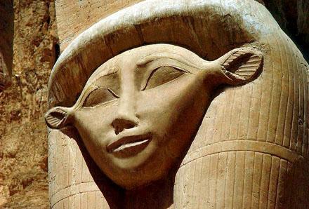 Pilaarkroon met het gezicht van Het-Heru.