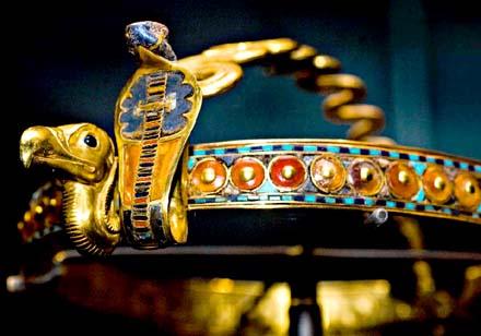 Koninklijke diadeem van Pharaoh voorzien van cobra Uadjet en gier.