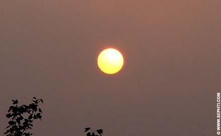 Ondergaande goudkleurige Zon.