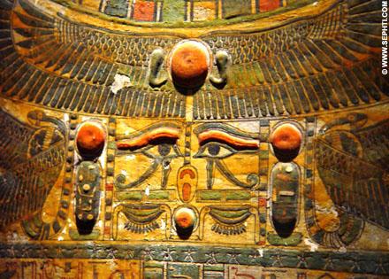 Renenutet op de deksel van een mummiekist.