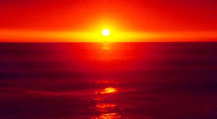 Dalende brandende Zon kleurt de Hemel rood.