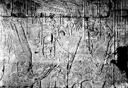 Satet afgebeeld achter Pharaoh.