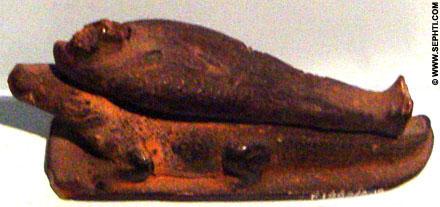 Beeldje van Seb met een lichaam op zijn rug.