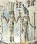 Sept met Papyrus scepter naast Satet die water laat stromen.