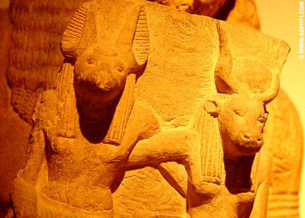 Suth arm in arm met Het-Heru, de Hemelse Koe.