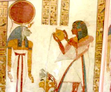 Een persoon brengt een plengoffer bij de offerstapel tot Tefnut.