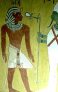 Asar richt met de Staf des Levens Ankh naar Pharaoh.