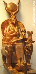Aset zittend op de Troon en geeft de jonge Heru de borst.