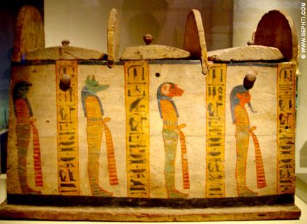 De vier Zonen van Heru afgebeeld op een kistje waarin Ushabti figuren werden geplaatst.
