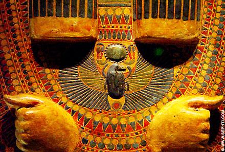 Kever op de borst van een sarcofaag.