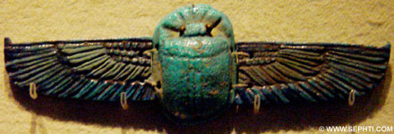 Kever met vleugels die op de mummie werd geplaatst.