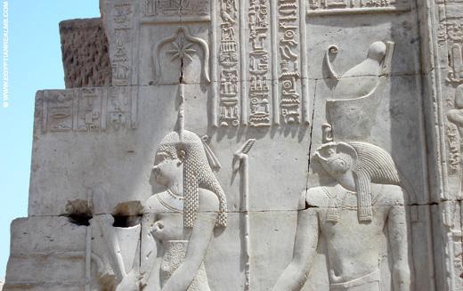 Seshat afgebeeld met Heru de Oudere in de Kom-Ombo Tempel.