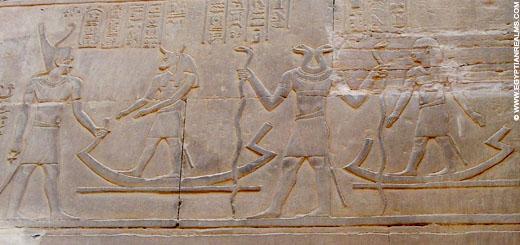 Oud-Egyptisch relief van tweekoppige slang.